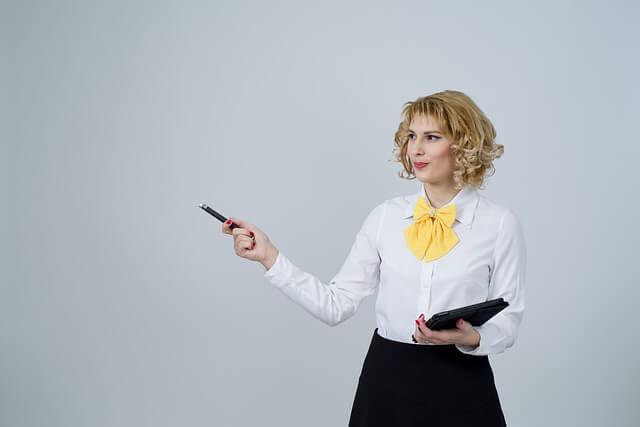 ペンを使う女性