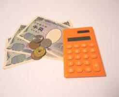 並べられたお金と電卓