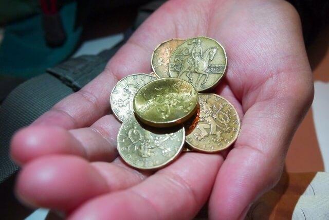 手のひらに置かれた古銭